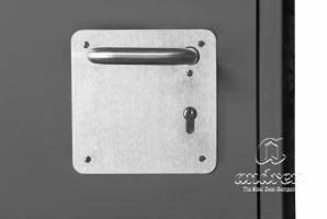 accessoire poignée inox sur plaque de propreté porte métallique Andreu 080578